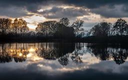 Ζωηρόχρωμες αντανακλάσεις των δέντρων στον ποταμό στοκ φωτογραφία