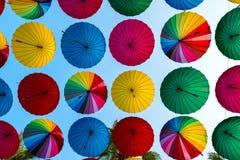Ζωηρόχρωμες αποκαλυπτόμενες ομπρέλες σειρές Στοκ φωτογραφία με δικαίωμα ελεύθερης χρήσης
