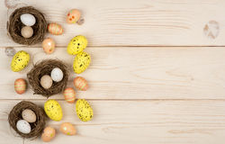 Ζωηρόχρωμες αυγά και φωλιές Πάσχας στο ξύλινο υπόβαθρο στοκ εικόνες με δικαίωμα ελεύθερης χρήσης