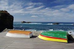 Ζωηρόχρωμες βάρκες από την πλευρά ακτών Στοκ Εικόνα