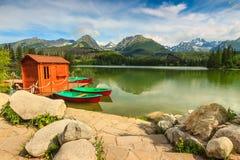 Ζωηρόχρωμες βάρκες και καλύβα στη λίμνη, Strbske Pleso, Σλοβακία, Ευρώπη Στοκ εικόνα με δικαίωμα ελεύθερης χρήσης