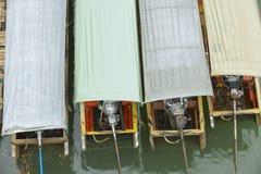 Ζωηρόχρωμες βάρκες μακρύς-ουρών που δένονται κάτω από τη βροχή σε Suphan Buri, Ταϊλάνδη Στοκ εικόνα με δικαίωμα ελεύθερης χρήσης