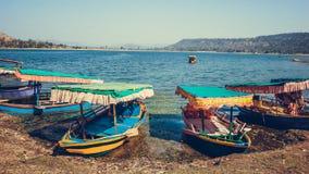 Ζωηρόχρωμες βάρκες στοκ εικόνα με δικαίωμα ελεύθερης χρήσης