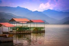 Ζωηρόχρωμες βάρκες πενταλιών στη λίμνη Pokhara Neapl Phewa στοκ εικόνες
