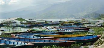 Ζωηρόχρωμες βάρκες που σταθμεύουν στην τράπεζα της λίμνης Phewa Στοκ εικόνες με δικαίωμα ελεύθερης χρήσης