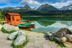 Ζωηρόχρωμες βάρκες στην αλπική λίμνη, Strbske Pleso, Σλοβακία, Ευρώπη Στοκ Εικόνες
