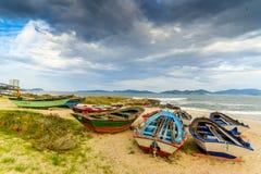 Ζωηρόχρωμες βάρκες στην παραλία στοκ φωτογραφία