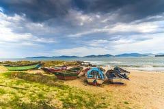 Ζωηρόχρωμες βάρκες στην παραλία στοκ εικόνα