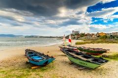 Ζωηρόχρωμες βάρκες στην παραλία στοκ εικόνες