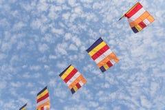 Ζωηρόχρωμες βουδιστικές σημαίες προσευχής ενάντια στον ουρανό σύννεφων Altocumulus Στοκ Εικόνα