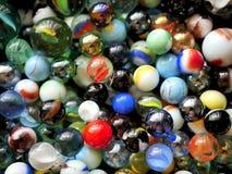 Ζωηρόχρωμες δονούμενες μάρμαρα και χάντρες γυαλιού στο κιβώτιο παιχνιδιών Στοκ εικόνες με δικαίωμα ελεύθερης χρήσης