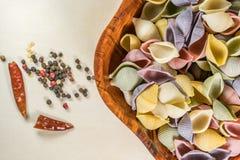 Ζωηρόχρωμες εύγευστες οργανικές μαγειρεύοντας προετοιμασίες ζυμαρικών στοκ φωτογραφία με δικαίωμα ελεύθερης χρήσης
