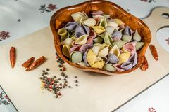 Ζωηρόχρωμες εύγευστες οργανικές μαγειρεύοντας προετοιμασίες ζυμαρικών στοκ φωτογραφία