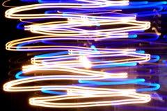 Ζωηρόχρωμες ελαφριές ραβδώσεις τη νύχτα, αφηρημένο υπόβαθρο Στοκ Εικόνα
