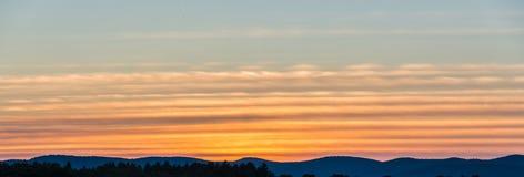 Ζωηρόχρωμες ζώνες Cirrus των σύννεφων Στοκ φωτογραφία με δικαίωμα ελεύθερης χρήσης