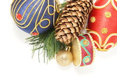 Ζωηρόχρωμες διακοσμήσεις Χριστουγέννων στο λευκό στοκ φωτογραφία με δικαίωμα ελεύθερης χρήσης