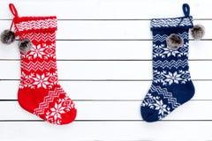 Ζωηρόχρωμες διαμορφωμένες γυναικείες κάλτσες Χριστουγέννων ζεύγους Στοκ εικόνες με δικαίωμα ελεύθερης χρήσης