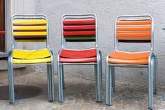 Ζωηρόχρωμες καρέκλες patio κήπων που συσσωρεύονται και που κλειδώνονται στοκ εικόνα με δικαίωμα ελεύθερης χρήσης