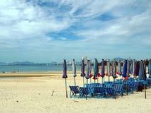 Ζωηρόχρωμες καρέκλες και ομπρέλες παραλιών με το μπλε ουρανό Στοκ εικόνα με δικαίωμα ελεύθερης χρήσης
