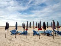 Ζωηρόχρωμες καρέκλες και ομπρέλες παραλιών στο μέτωπο παραλιών Στοκ Εικόνες