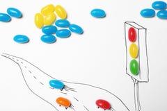 Ζωηρόχρωμες καραμέλες ζελατίνας που τακτοποιούνται ως φωτεινός σηματοδότης και δρόμος με τα αυτοκίνητα στοκ εικόνα με δικαίωμα ελεύθερης χρήσης