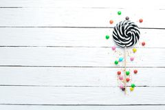 Ζωηρόχρωμες καραμέλες, ζελατίνα και μαρμελάδα σε ένα άσπρο ξύλινο υπόβαθρο στοκ εικόνες
