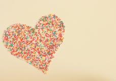 Ζωηρόχρωμες καραμέλες που διαμορφώνουν μια καρδιά στοκ φωτογραφίες