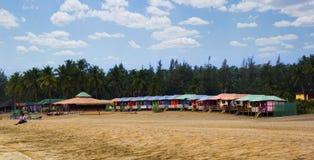 Ζωηρόχρωμες καλύβες στην παραλία Agonda με το υπόβαθρο φοινίκων σε Goa, Ινδία στοκ εικόνα με δικαίωμα ελεύθερης χρήσης