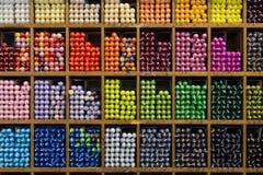 Ζωηρόχρωμες κεριών κεριών συλλογής αγορές ραφιών καταλόγων ξύλινες Στοκ φωτογραφία με δικαίωμα ελεύθερης χρήσης