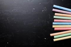 Ζωηρόχρωμες κιμωλίες στον πίνακα για πίσω στο σχολικό θέμα Στοκ Εικόνα