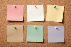 Ζωηρόχρωμες κολλώδεις σημειώσεις για το corkboard Στοκ Εικόνα