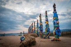 Ζωηρόχρωμες κορδέλλες στους ξύλινους πόλους στη λίμνη Baikal στη Σιβηρία στοκ φωτογραφίες με δικαίωμα ελεύθερης χρήσης
