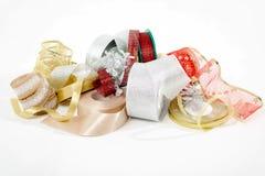 Ζωηρόχρωμες κορδέλλες για τη διακόσμηση Χριστουγέννων που απομονώνεται Στοκ Φωτογραφίες