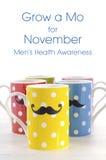 Ζωηρόχρωμες κούπες καφέ με τα mustaches Στοκ Φωτογραφία