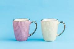 Ζωηρόχρωμες κούπες καφέ στο μπλε υπόβαθρο Στοκ εικόνα με δικαίωμα ελεύθερης χρήσης