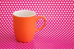 Ζωηρόχρωμες κούπες καφέ στο ρόδινο υπόβαθρο με τα άσπρα σημεία Στοκ φωτογραφία με δικαίωμα ελεύθερης χρήσης