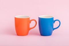 Ζωηρόχρωμες κούπες καφέ στο ρόδινο υπόβαθρο Στοκ Φωτογραφίες