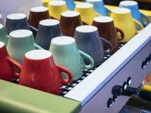 Ζωηρόχρωμες κούπες στο εστιατόριο καφέδων μηχανών καφέ Στοκ εικόνες με δικαίωμα ελεύθερης χρήσης
