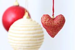 Ζωηρόχρωμες κρεμώντας διακοσμήσεις Χριστουγέννων Στοκ εικόνα με δικαίωμα ελεύθερης χρήσης