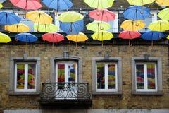 Ζωηρόχρωμες κρεμώντας ομπρέλες, διακόσμηση στην οδό αγορών μέσα Στοκ Εικόνα