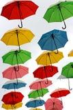 Ζωηρόχρωμες κρεμώντας ομπρέλες Στοκ Φωτογραφία