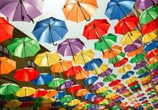 Ζωηρόχρωμες κρεμώντας ομπρέλες Στοκ φωτογραφία με δικαίωμα ελεύθερης χρήσης