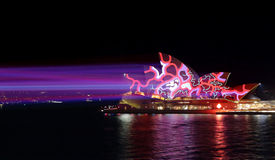 Ζωηρόχρωμες κόκκινες και μπλε ελαφριές ακτίνες στη Όπερα του Σίδνεϊ Στοκ Εικόνες