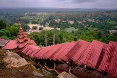 Ζωηρόχρωμες κόκκινες στέγες στη σκάλα στις σπηλιές Pindaya, το Μιανμάρ Στοκ εικόνες με δικαίωμα ελεύθερης χρήσης