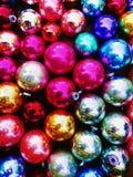 Ζωηρόχρωμες λαμπρές διακοσμήσεις Χριστουγέννων στοκ φωτογραφία με δικαίωμα ελεύθερης χρήσης