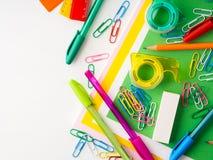 Ζωηρόχρωμες μάνδρες εξαρτημάτων εργαλείων σχολικού γραψίματος χαρτικών Στοκ εικόνες με δικαίωμα ελεύθερης χρήσης