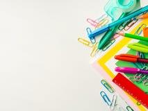 Ζωηρόχρωμες μάνδρες εξαρτημάτων εργαλείων σχολικού γραψίματος χαρτικών Στοκ εικόνα με δικαίωμα ελεύθερης χρήσης