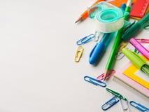 Ζωηρόχρωμες μάνδρες εξαρτημάτων εργαλείων σχολικού γραψίματος χαρτικών Στοκ Φωτογραφίες