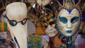 Ζωηρόχρωμες μάσκες καρναβαλιού στην αγορά στη Βενετία, Ιταλία Οι μάσκες φορέθηκαν στη Βενετία για να μεταμφιέσουν τον κομιστή από Στοκ Εικόνα