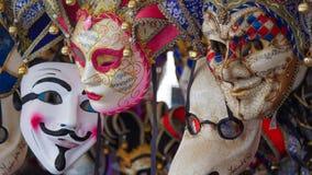 Ζωηρόχρωμες μάσκες καρναβαλιού στην αγορά στη Βενετία, Ιταλία Οι μάσκες φορέθηκαν στη Βενετία για να μεταμφιέσουν τον κομιστή από Στοκ Εικόνες
